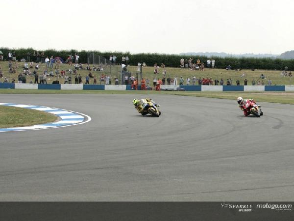 Valentino Rossi supera Marco Melandri largo